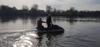 Pomoc policji na rzece Narwi